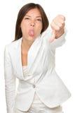 Коммерсантка дразня пока показывающ жестами большие пальцы руки вниз Стоковое Фото