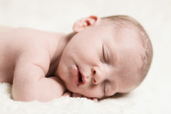 平安地睡觉新出生的婴孩的男性特写镜头 库存照片