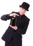 Αναδρομικό μοντέρνο άτομο στο μαύρο κοστούμι με το μπουκάλι του ποτού Στοκ εικόνες με δικαίωμα ελεύθερης χρήσης