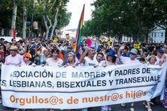 参与在示范的人们在同性恋自豪日在马德里游行 免版税库存照片