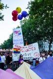 参与在示范的人们在同性恋自豪日在马德里游行 免版税图库摄影