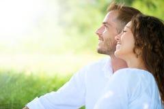 放松在公园的夫妇。野餐 免版税库存图片