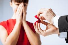 Пары с обручальным кольцом и подарочной коробкой Стоковая Фотография