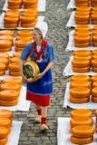 在荷兰扁圆形干酪的荷兰干酪市场 免版税库存照片