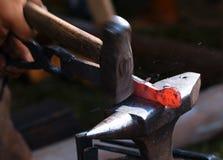 铁匠在工作。 免版税库存照片