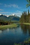 银朱的湖,班夫亚伯大加拿大。 免版税图库摄影