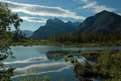 银朱的湖,班夫亚伯大加拿大。 库存图片
