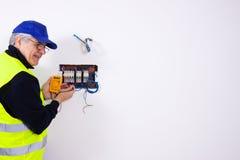 电工在工作 库存照片
