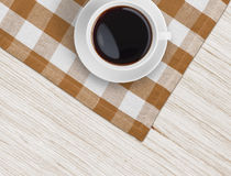 在木桌和桌布上的咖啡杯顶视图 库存照片