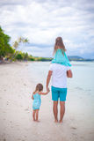后面观点的父亲和他的两个小女儿 免版税库存照片
