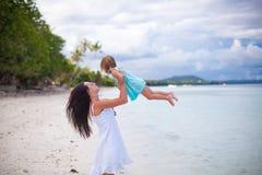 年轻母亲和她逗人喜爱的女儿获得乐趣  免版税图库摄影