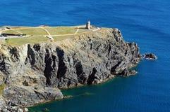 与一座灯塔的峭壁在地中海 免版税库存图片