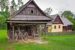 有木房子的传统村庄在斯洛伐克 免版税图库摄影