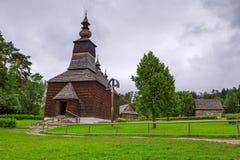 有木房子的传统村庄在斯洛伐克 免版税库存照片