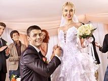 夫妇执行婚礼舞蹈。 库存照片