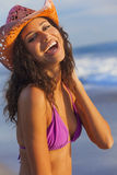 在海滩的微笑的妇女女孩比基尼泳装牛仔帽 免版税库存照片