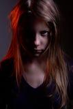一个可怕矮小的邪魔女孩的特写镜头画象 库存图片