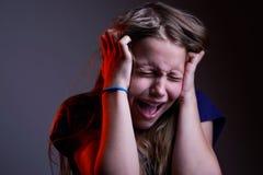 不快乐的叫喊的青少年的女孩画象  图库摄影