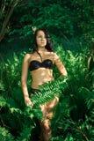 在黑比基尼泳装打扮的女孩 免版税库存图片