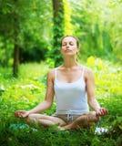 做瑜伽锻炼的妇女 免版税库存照片