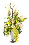 兰花花束和在玻璃花瓶上升了 免版税库存照片