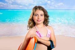 儿童时尚热带绿松石海滩的冲浪者女孩 免版税库存图片