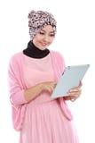 使用片剂计算机的美丽的少妇 免版税库存照片