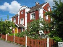典型的木红色房子。林雪平。瑞典 图库摄影
