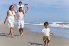 母亲父亲做父母男孩儿童家庭海滩乐趣 免版税图库摄影