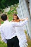 Ευτυχείς νύφη και νεόνυμφος χαμόγελου για να εξετάσει ο ένας τον άλλον Στοκ εικόνα με δικαίωμα ελεύθερης χρήσης