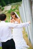 Ευτυχείς νύφη και νεόνυμφος χαμόγελου για να εξετάσει ο ένας τον άλλον Στοκ Εικόνα