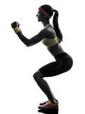 行使健身锻炼刺蹲下的剪影的妇女 免版税图库摄影