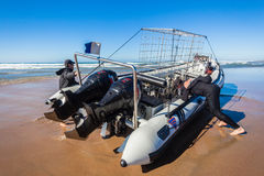 Βουτήξτε παραλία κυμάτων κλουβιών καρχαριών βαρκών Στοκ Εικόνες