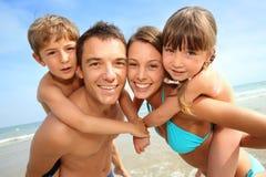 在夏时的快乐的家庭 免版税库存照片
