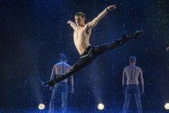 男性舞蹈家在雨中 免版税图库摄影