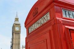 伦敦电话亭和大本钟 免版税库存照片