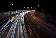 在夜长的曝光的高速公路交通 库存照片