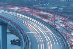 在桥梁的交通 免版税库存图片