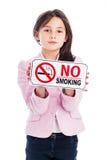 有一个禁烟标志的女孩。 免版税图库摄影