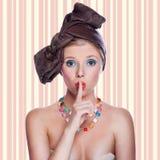 有惊奇的表示的美丽的年轻性感的画报女孩 免版税库存图片