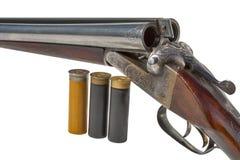 双管的老猎枪和弹药筒特写镜头 免版税图库摄影