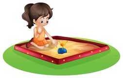 Маленький ребенок играя снаружи Стоковые Фотографии RF