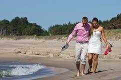 Ζεύγος που περπατά στην παραλία Στοκ φωτογραφία με δικαίωμα ελεύθερης χρήσης