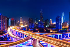 与互换天桥的现代城市地平线在晚上 免版税库存图片