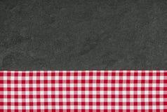 有一张方格的桌布的板岩板材 免版税图库摄影