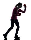 有拳击手套剪影的成熟妇女 免版税库存图片