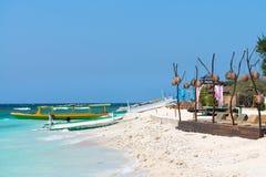 在蓝色海的小木长的小船 免版税图库摄影