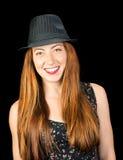 有长的红色头发的愉快的微笑的少妇和淡褐色眼睛佩带 免版税库存图片