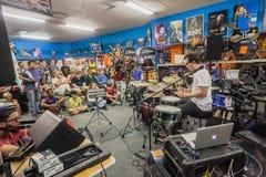 Люди демонстрации барабанчика магазина музыки Стоковое Изображение RF