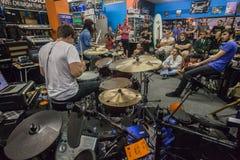 Публика демонстрации барабанчика магазина музыки Стоковое Фото